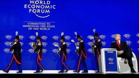 Donald Trump før han selv gikk på scenen for å holde tale i Davos.