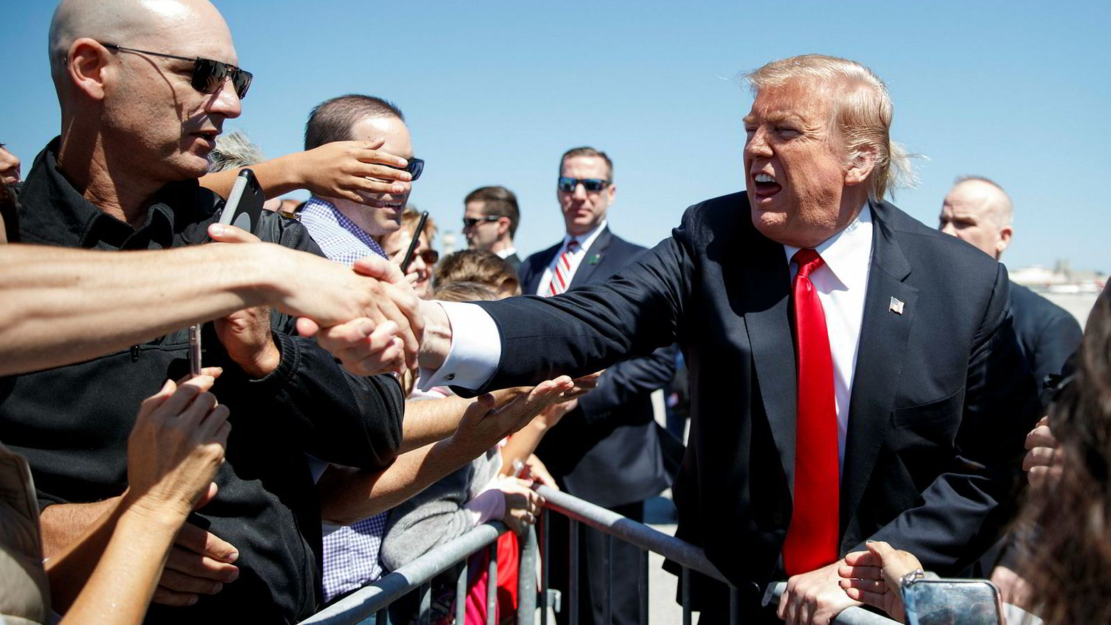 President Donald Trump var på hugget da han ankom Palm Beach International Airporti Florida fredag. Mueller-rapporten ble levert kort tid etter at dette bildet ble tatt.