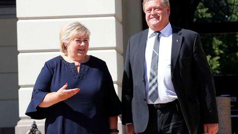 Statsminister Erna Solberg og nyutnevnt fiskeriminister Harald Tom Nesvik på Slottsplassen mandag.