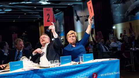 Partileder og finansministerSiv Jensen avgir stemme under Frp sitt landsmøte på Gardermoen, sammen med nestleder og fiskeriminister Per Sandberg.