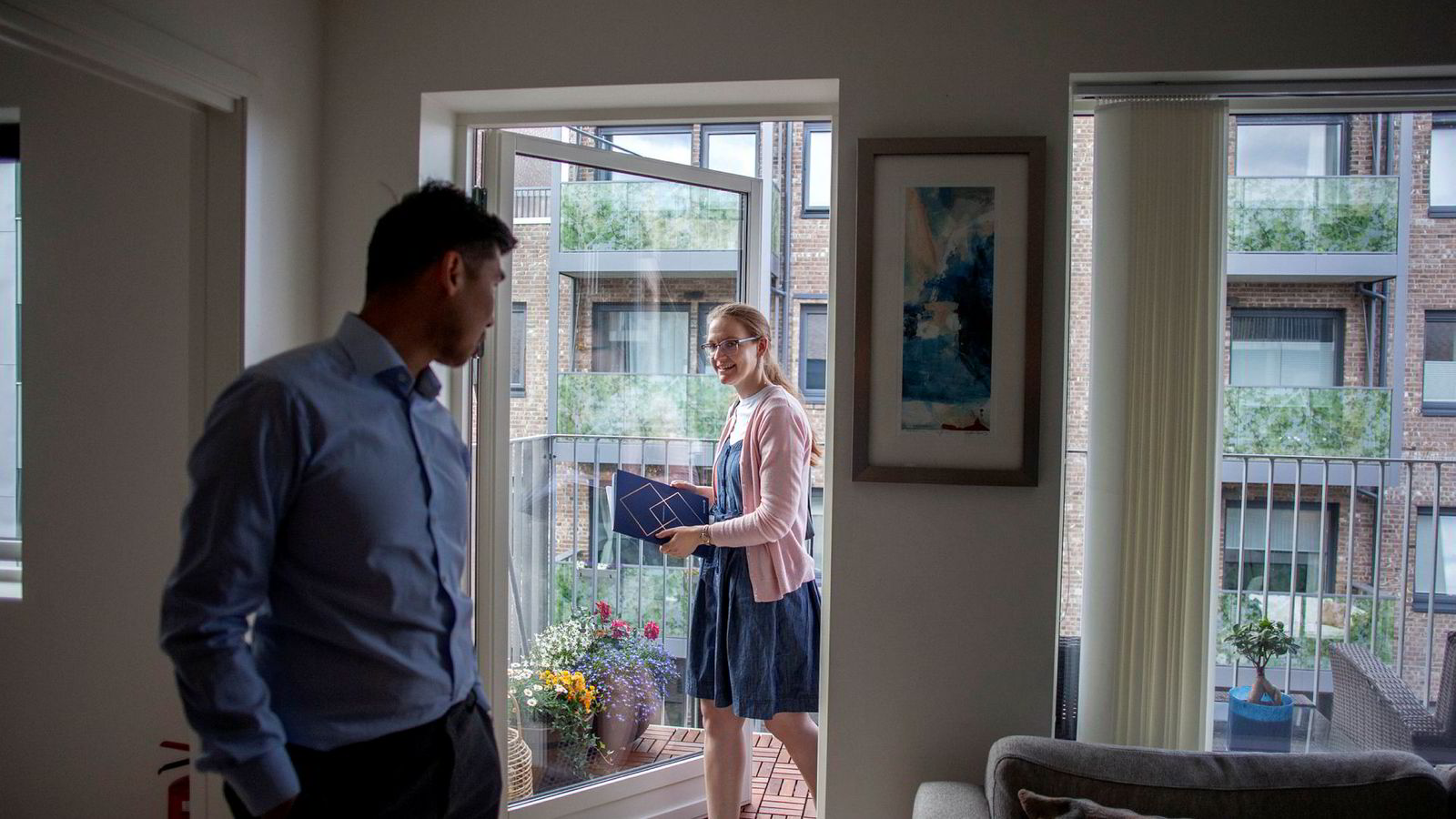Marit Forslund (29) er på boligjakt og irriterer seg over boliger som kuppes før visning. Her ser hun på en leilighet på Ensjø i Oslo sammen med  eiendomsmegler Duy Vidar Tang.