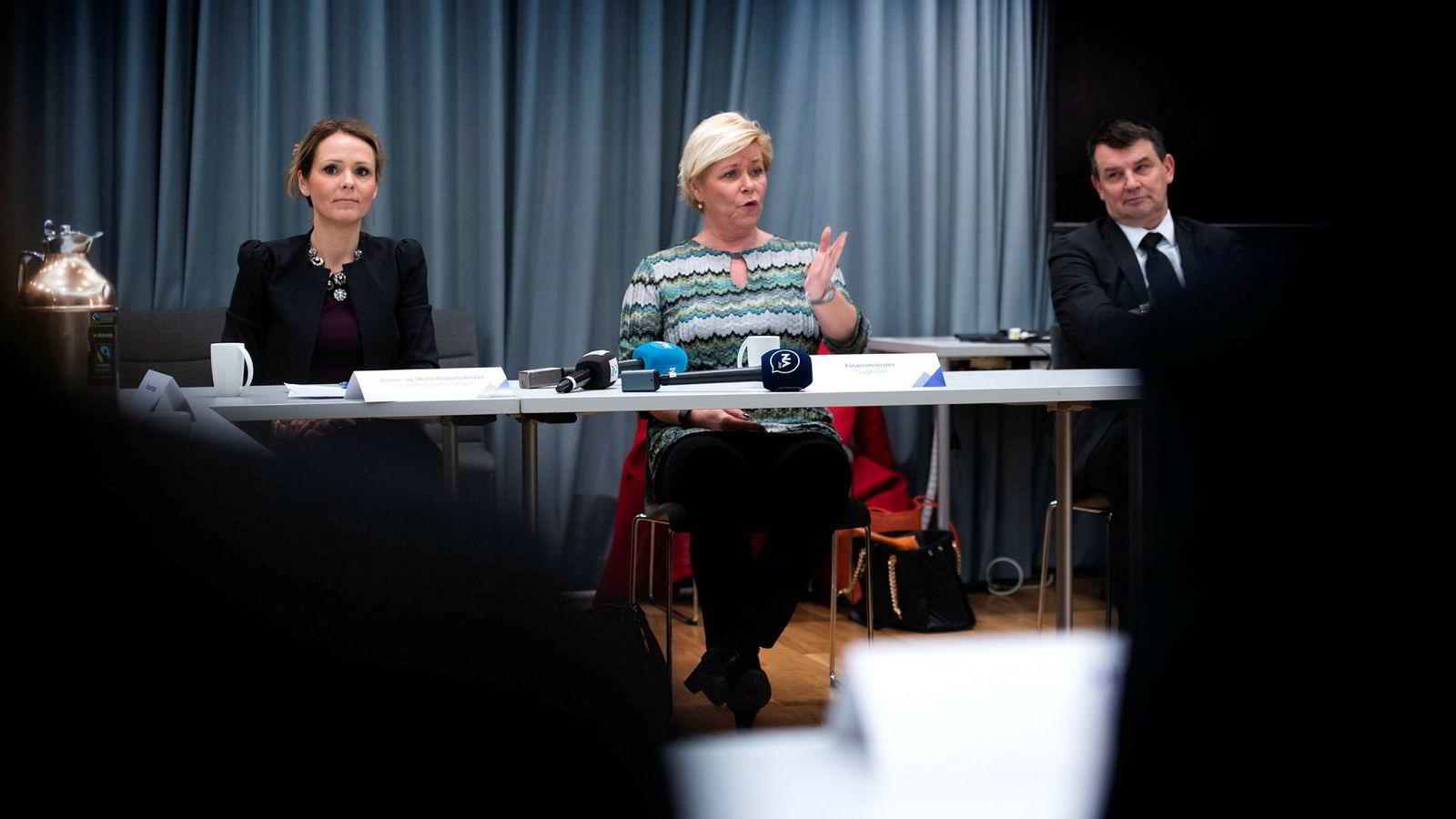 Forbrukerminister Linda Hofstad Helleland, finansminister Siv Jensen og justisminister Tor Mikkel Wara samarbeider om å følge med på forbrukslånbankene.