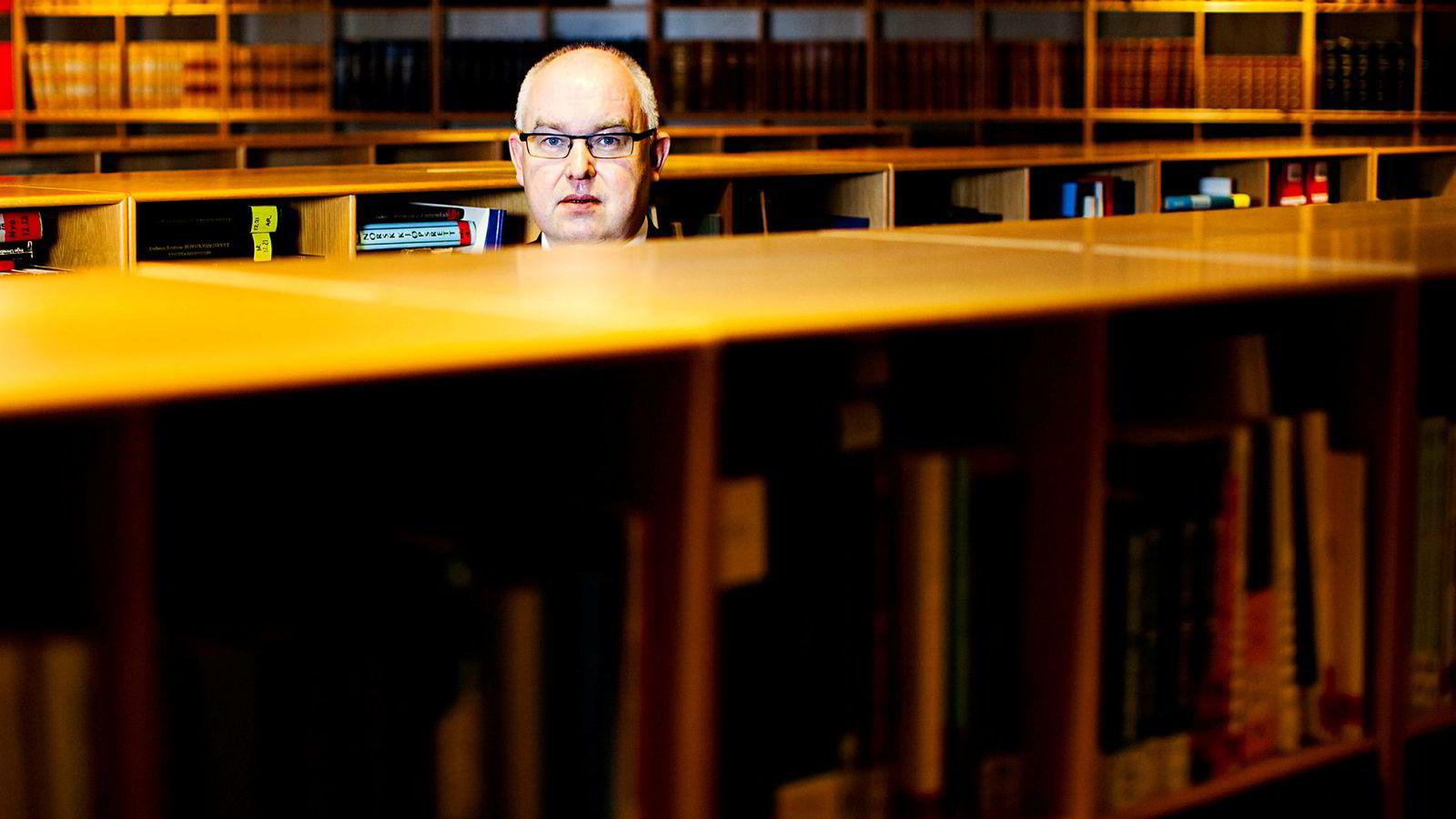 Trond Vernegg jobbet i en årrekke som journalist før han ble advokat og senere også formann i Riksmålsforbundet. Han ønsker ikke å uttale seg om søksmålet.