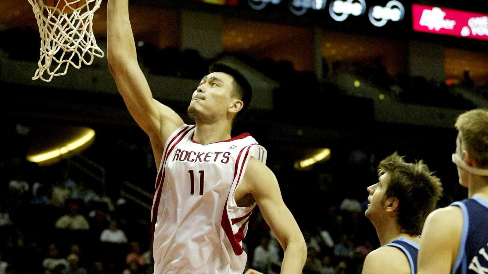 Yao Ming spilte mange sesonger for Houston Rockets i den amerikanske basketligaen NBA. Her dunker han ballen i kurven i et oppgjør mot Utah Jazz i 2005.