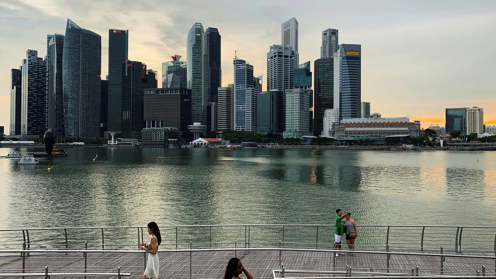 Nesten ingen land i verden er mer avhengig av handel med omverdenen enn Singapore. Nå kan miniputtstaten, som har en av verdens høyeste levestandarder, være på vei mot en resesjon. Pilene peker rett ned.