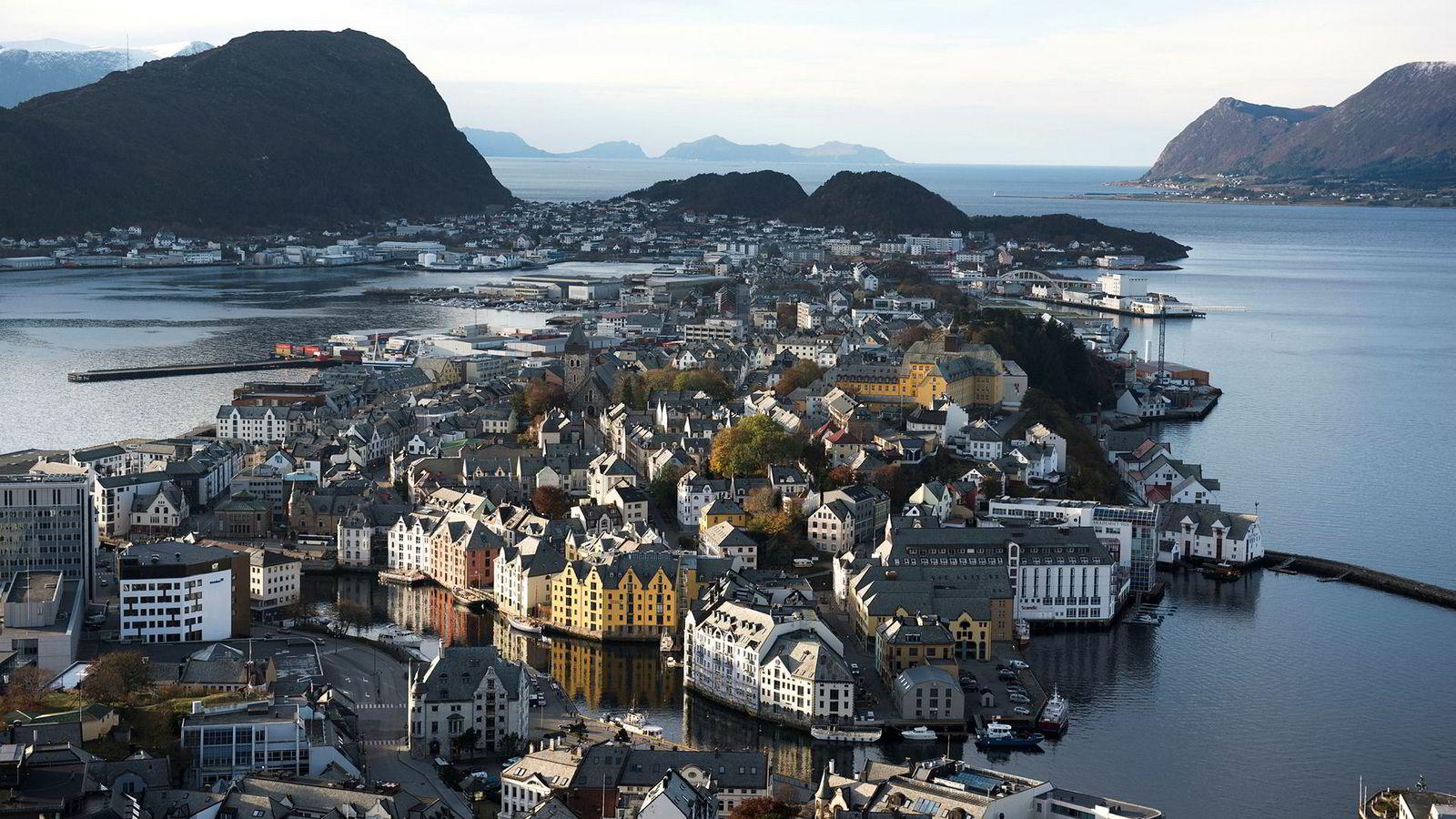 Om fraflyttingen fortsetter, kan det dessuten bli enda mer kostbart per hode å opprettholde velferdstilbudet i småkommunene. Ålesund ligger som nummer 17 på kommune-NM sin liste over 2019.