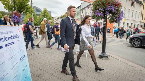 Næringsminister Torbjørn Røe Isaksen og politisk rådgiver Hannah Sumeja Atic på vei til et arrangement gjennom gatene under Arendalsuka.