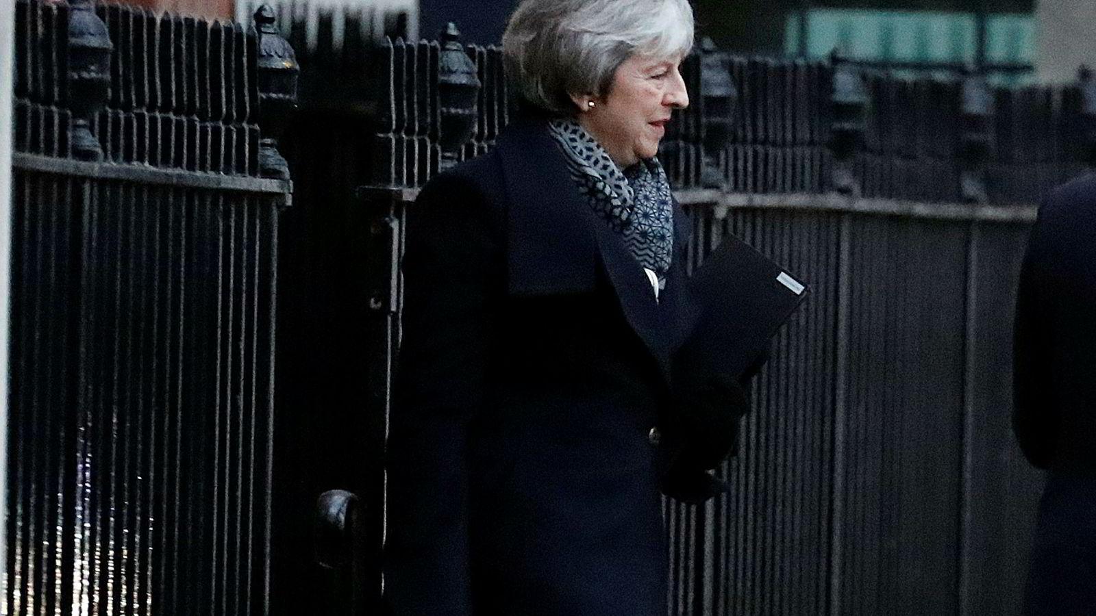 Britenes statsminister Theresa May går mot et sviende nederlag tirsdag kveld. Men mangelen på alternativer gjør at hun sannsynligvis blir sittende, i hvert fall på kort sikt.