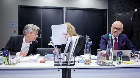 Gründer Nicolai Prydz (til venstre) i Hipdrivers konfererer med advokat Benedicte Langford i Bing Hodneland ved innledningen av voldgiftssaken tirsdag. Til høyre advokat John S. Gulbrandsen i Bing Hodneland. Foto: Javad Parsa