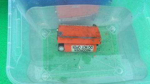 Helikopterets kombinerte Flight Data Recorder og Cockpit Voice Recorder er hentet opp fra helikopteret. Foto: Havarikommisjonen