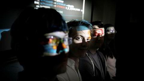 Hackehoder. Joakim Ihle Frogner (23), Marit Tokle (25), Laszlo Erdodi og Mathias Rørvik (23) (nederst) kniver med konkurrentene om å angripe nettsider når de deltar i internasjonale konkurranser med sin gruppe av «etiske hackere» fra Universitetet i Oslo.