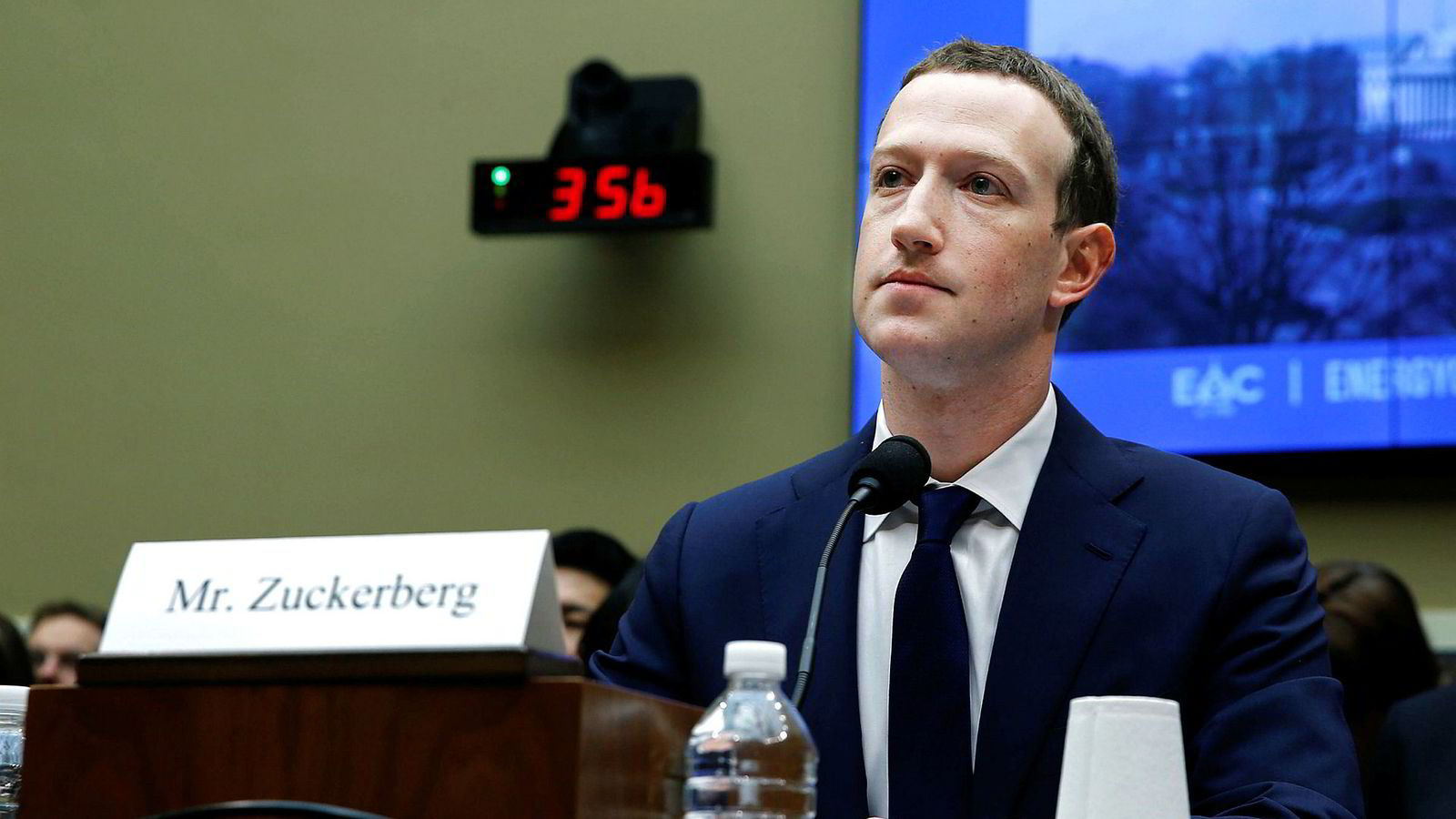 Jeg er ikke blitt mindre bekymret, selv om Faktisk.nos innledning av et samarbeid med Facebook for å bekjempe falske nyheter er positivt, skriver artikkelforfatteren. Her Facebooks konsernsjef Mark Zuckerberg under en høring i Washington i april.
