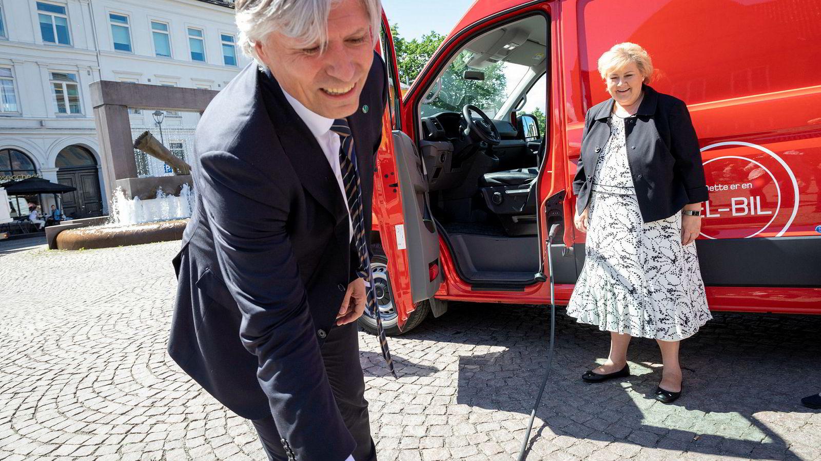 Regjeringen vil ha flere elbiler i næringslivet. Klima- og miljøminister Ola Elvestuen og statsminister Erna Solberg med en av Postens elektriske varebiler.