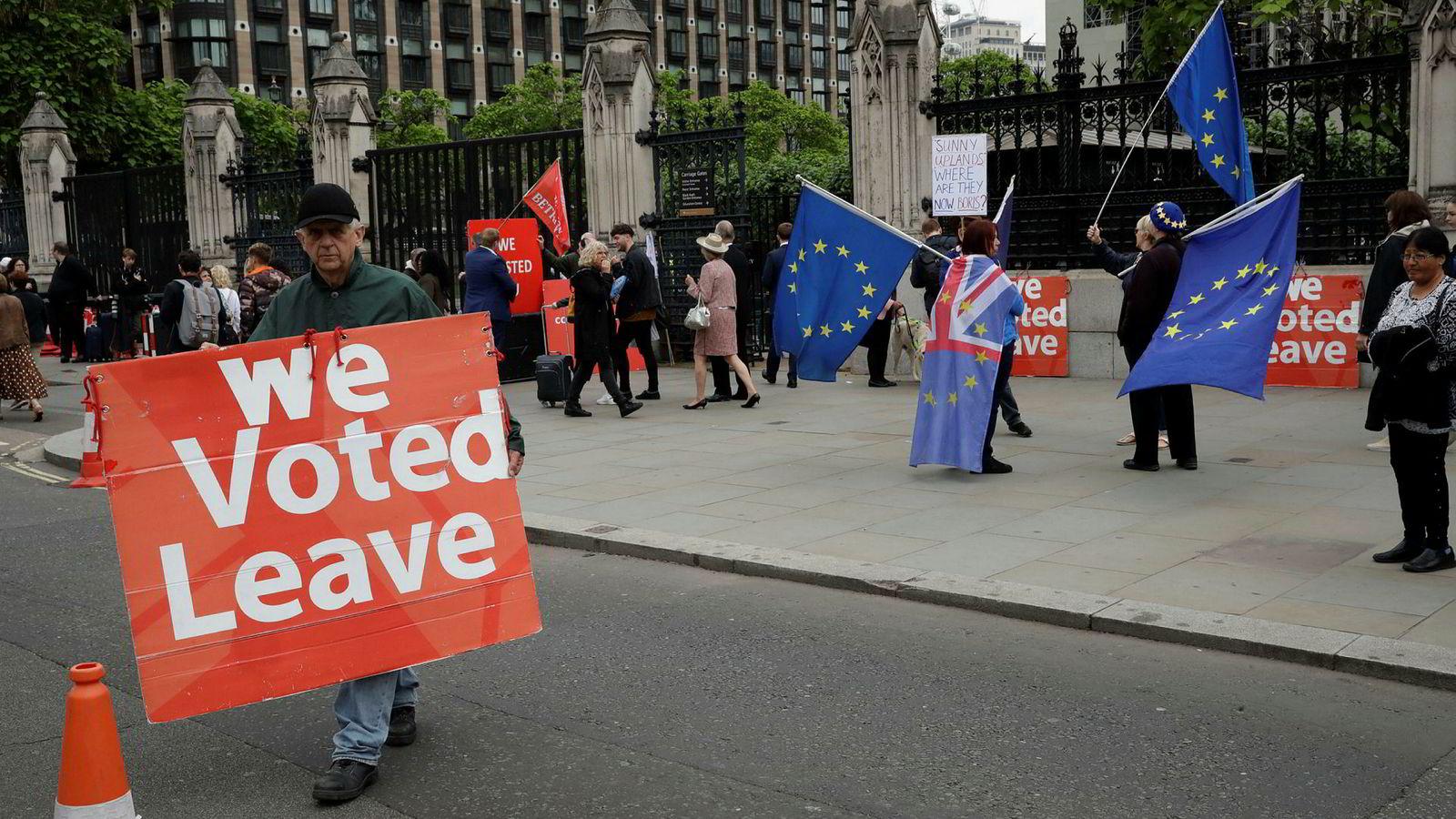 Både tilhengere og motstandere av brexit demonstrerer daglig utenfor Parlamentet i London. Brexit-minister Stephen Barclay sier EU må åpne for nye forhandlinger om uttredelsesavtalen.