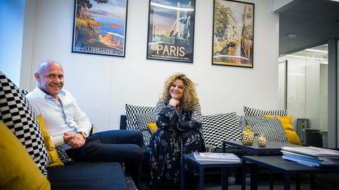 Elle-redaktør Signy Fardal, United Publishing og Kjetil Tveter i United Influencersfant nytt trykkeri i Ålgård sør for Sandnes. Foto: Gunnar Blöndal