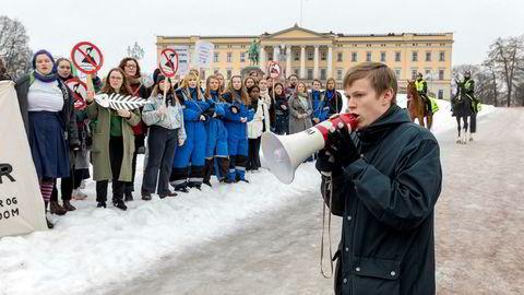 Leder Gaute Eiterjord i Natur og Ungdom sier det er det på tide at politikerne får ut fingeren for å løse klimaproblemet. Her oppildner han demonstranter under aksjonen Nei til gruvedumping i Repparfjord tidligere i år.