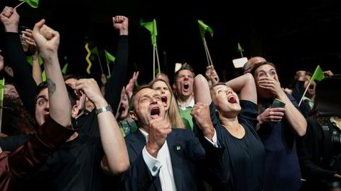Arild Hermstad og Une Bastholm jubler på valgvaken til MDG på Sentralen i Oslo mandag kveld.