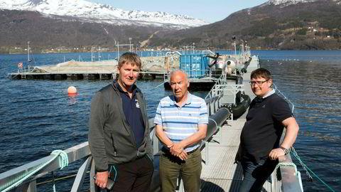 Gratanglaks i Troms må selv dekke mesteparten av tapet etter dødsalgene. Fra venstre daglig leder Tore Lundberg i Gratanglaks, daglig leder Odd Bakkeli i Salaks og driftsleder Lars Berg i Kleiva Fiskefarm. Her foran tomme ventemerder ved lakseslakteriet i Gratangsfjorden.
