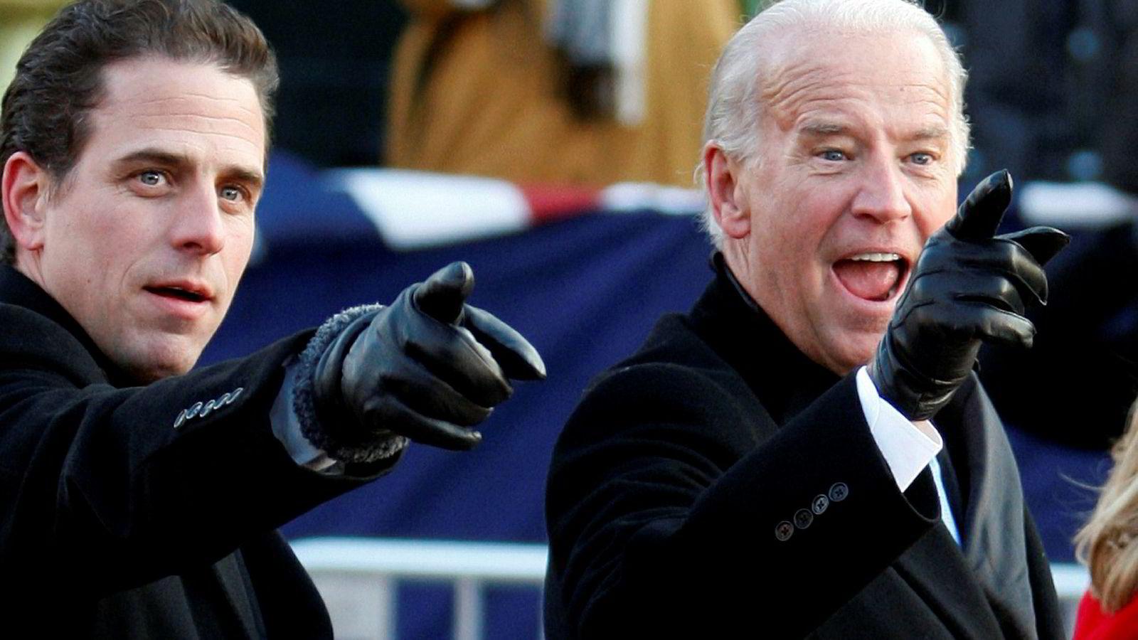 Hunter Biden (til venstre) trekker seg som styremedlem i kinesisk selskap. Her står han ved siden av sin far og presidentkandidat Joe Biden.