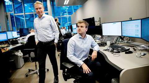 Bankanalytiker Håkon Astrup (til venstre) har fått hjelp av økonomistudent og «summer intern» Simen Aas i DNB Markets til å lage en stor gjennomgang av bankmarkedet. Til høsten må analytikerne ta betalt for analysene de sender til kunder.