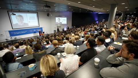 NHO mener det er på høy tid med endringer i antall studieprogrammer ved universiteter og høyskoler. På bildet taler statsminister Erna Solberg til studenter på Handelshøyskolen BI i Oslo om fremtidige utfordringer for norsk økonomi.