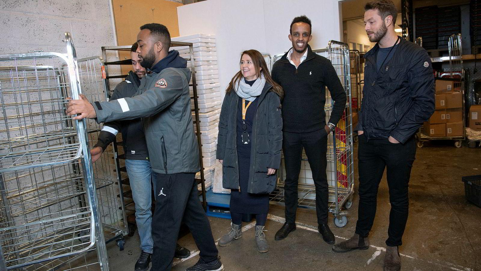 Zoopit-gründerne Arne Kvale (fra høyre) og Shafi Adan følger med på opplasting av dagligvarer på Meny-butikken på Bryn i Oslo, sammen med Cathrine Laksfoss fra Schibsted Distribusjon.