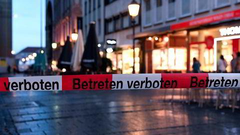 Politiet blokkerer inngangen til etter skytingen på et kjøpesenter tidligere på 22 juli 2016 i München. AFP Foto / dpa / Sven Hoppe