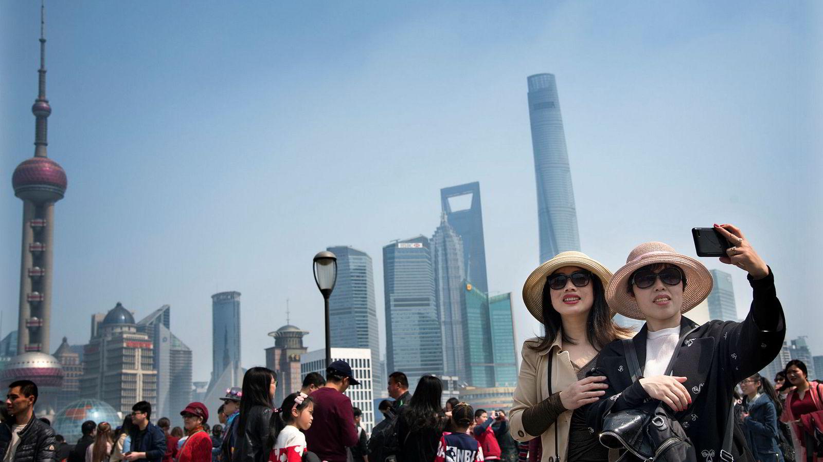 Nøkkelen til Kinas suksess er at landet går sin egen vei. Jeg oppfordrer mine norske venner til selv å besøke Kina og oppleve utviklingen landet gjennomgår, skriver Kinas ambassadør til Norge, Yi Xianliang. Her fra «The Bund» i Shanghai med skyskraperne i Pudongområdet som bakgrunn.