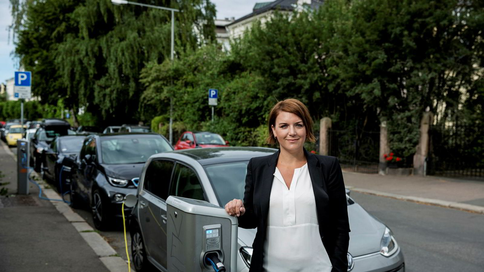 Christina Bu, generalsekretær i Norsk elbilforening, mener politikerne må planlegge ladeinfrastruktur for det store antallet elbiler som kommer de nærmeste årene.