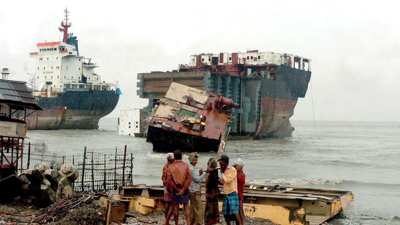 Det stilles stadig flere og strengere krav til hvordan skip skal resirkuleres. Disse kravene blir ikke bare stilt av banker, investorer og kunder, men kommer også fra rederibedriftene selv, og andre interessenter. På denne måten presses aktører til å skrape skip på en måte som ikke setter liv, helse og miljø i fare. Her fra stranden Chittagong i Bangladesh hvor skip ligger klar til opphugging.