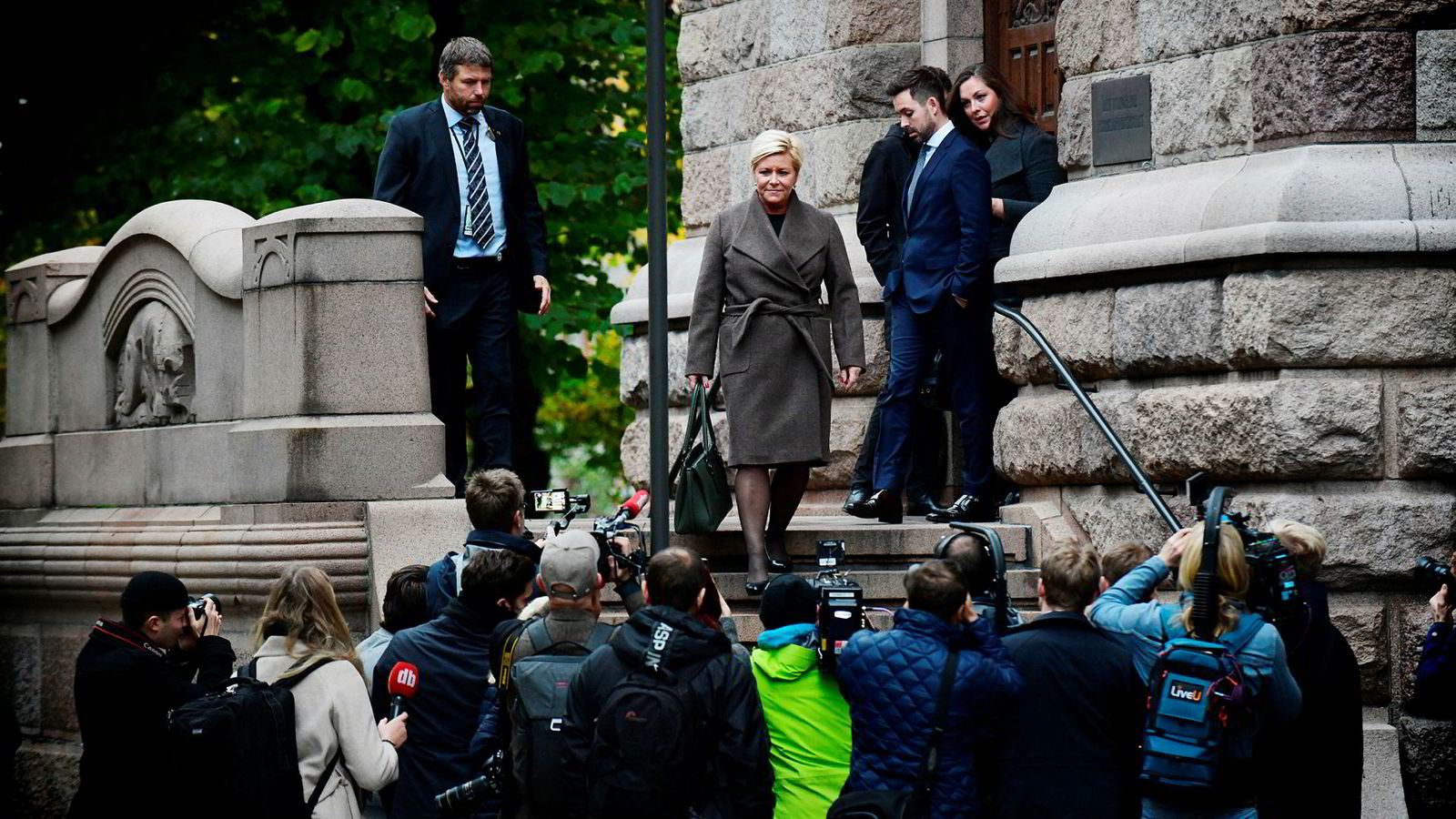 Finansminister Siv Jensen forlater finansdepartementet mandag morgen med retning Stortinget for å legge frem statsbudsjettet.