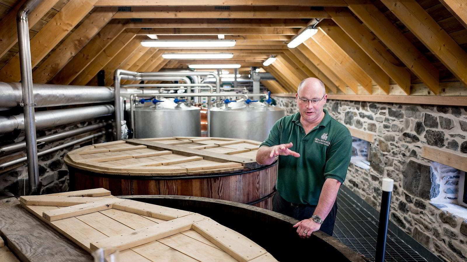 – Jeg var åtte år på Glenfiddich og to år på Glenlivet før det, sier destillatør Brian Robinson, som nå prøver å løfte frem Ballindalloch Single Estate Distillery. Alle foto: Tommy Ellingsen