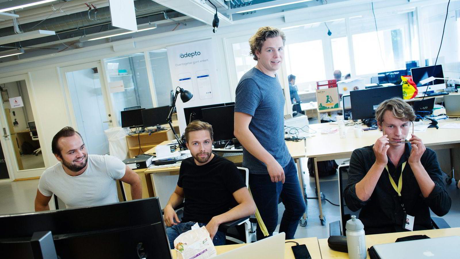 Gründerne i Learnlink, fra venstre Gudbrand Schistad, Johannes Berggren, Tellef Tveit og Jonas Hyllseth Ryen, vurderer å droppe studiene for å satse alt på bedriften.