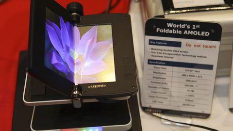 En prototyp på en telefon med brettbar skjerm og Samsung-logo vises frem under CES-messen allerede i 2009. I år kan en lignende telefon komme for salg. Foto: NTB Scanpix