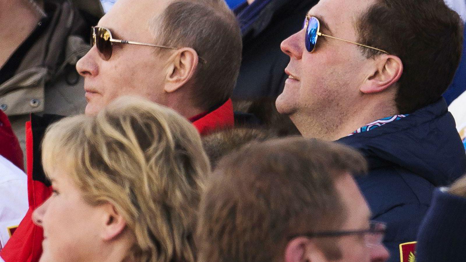 Erna Solberg (foran til venstre) og Vladimir Putin møttes under OL i Sotsji i 2014. Nå reiser Solberg tilbake til Russland. Til høyre statsminister Dmitrij Medvedjev