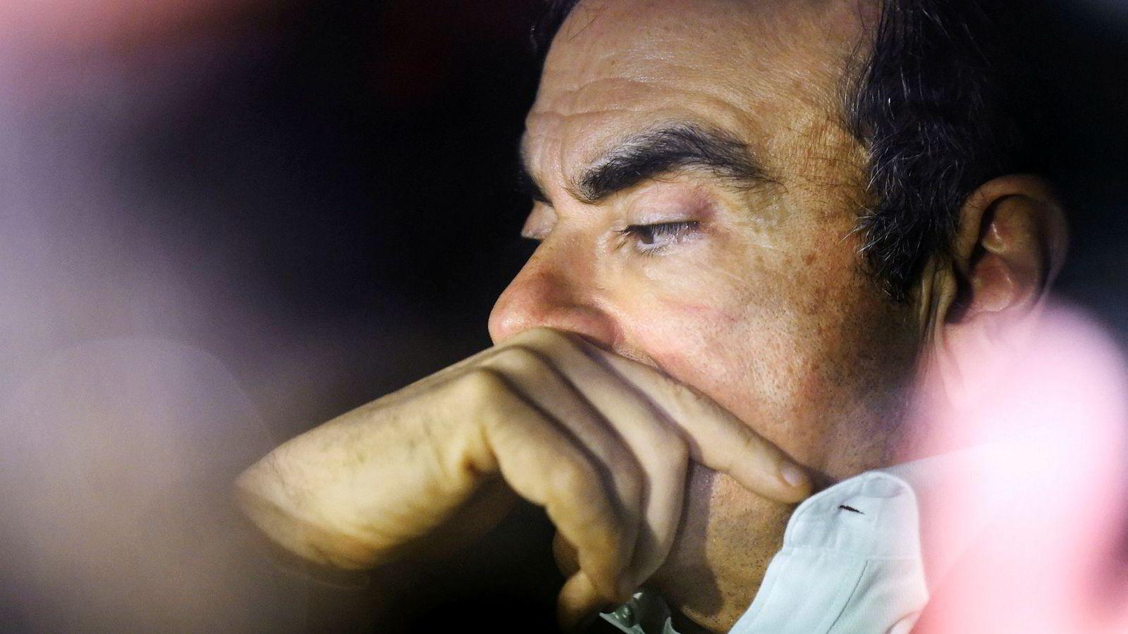 Nissan Motors tidligere toppsjef er tilbake i fengsel med nye tiltaler mot seg. På en ekstraordinær generalforsamling ble han formelt fratatt alle verv i den japanske bilprodusenten.