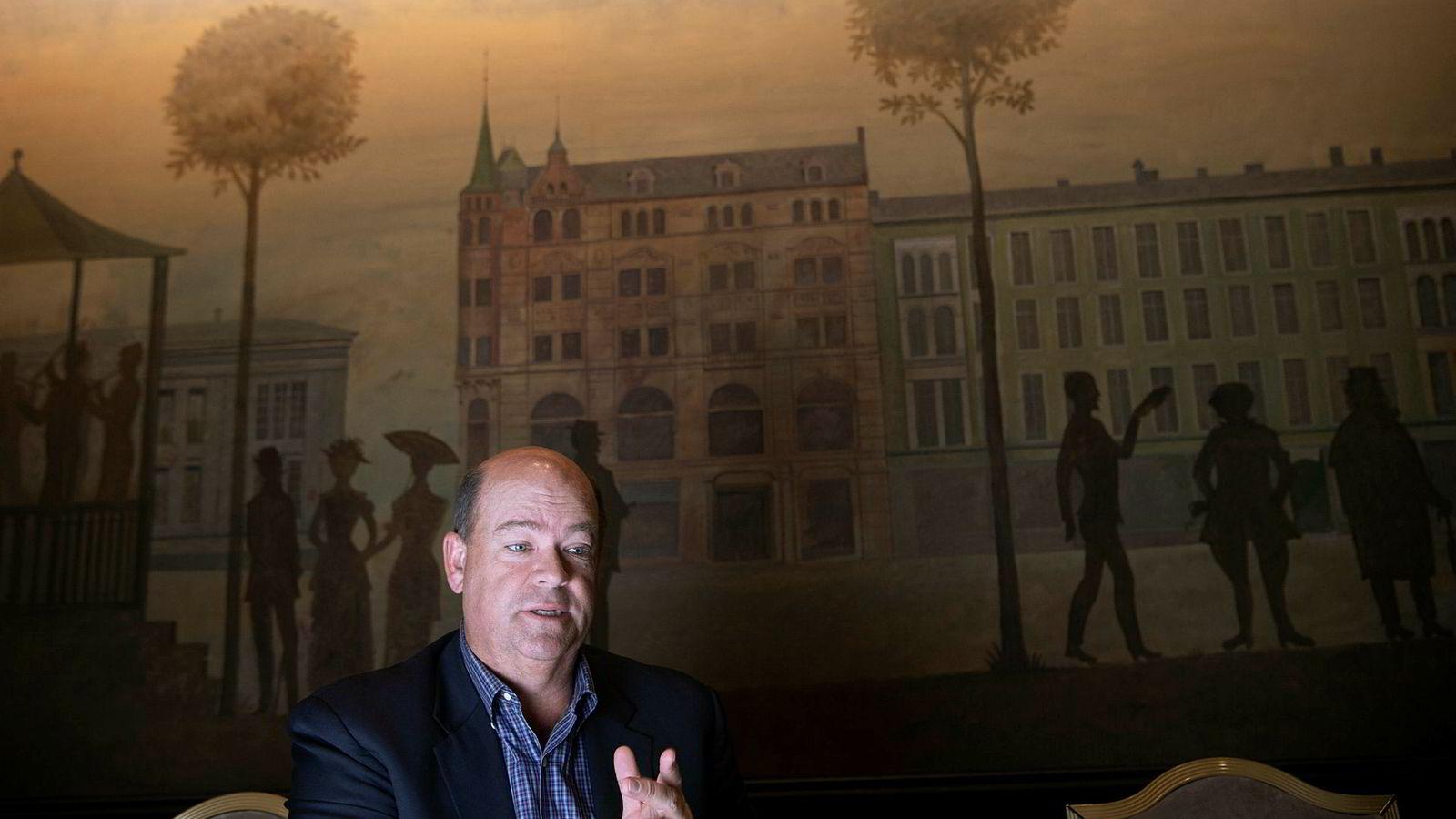 ConocoPhillips-toppsjef Ryan Lance har merket seg den norske tv-suksessen «Lykkeland», der selskapet spiller en sentral rolle. Her sitter han foran veggmaleriene av Karl Johans gate inne på Grand Hotel i Oslo.