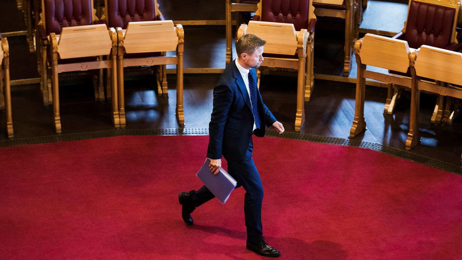 Helseminister Bent Høie mobiliserer forsvarshelikoptre og bilambulanser for å løse problemene i nord. Han advarer sterkt mot å droppe Babcock og ta Lufttransport med videre fra 2019.