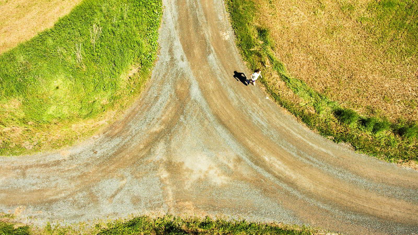 På hjemmebane. Runa Skrove Falch løper på grusveier like ved hjemstedet i Verdal i Trøndelag. Hun kan de fleste avstikkere. Ikke sjelden løper landets beste maratonløper langturer på 20 til 35 kilometer.