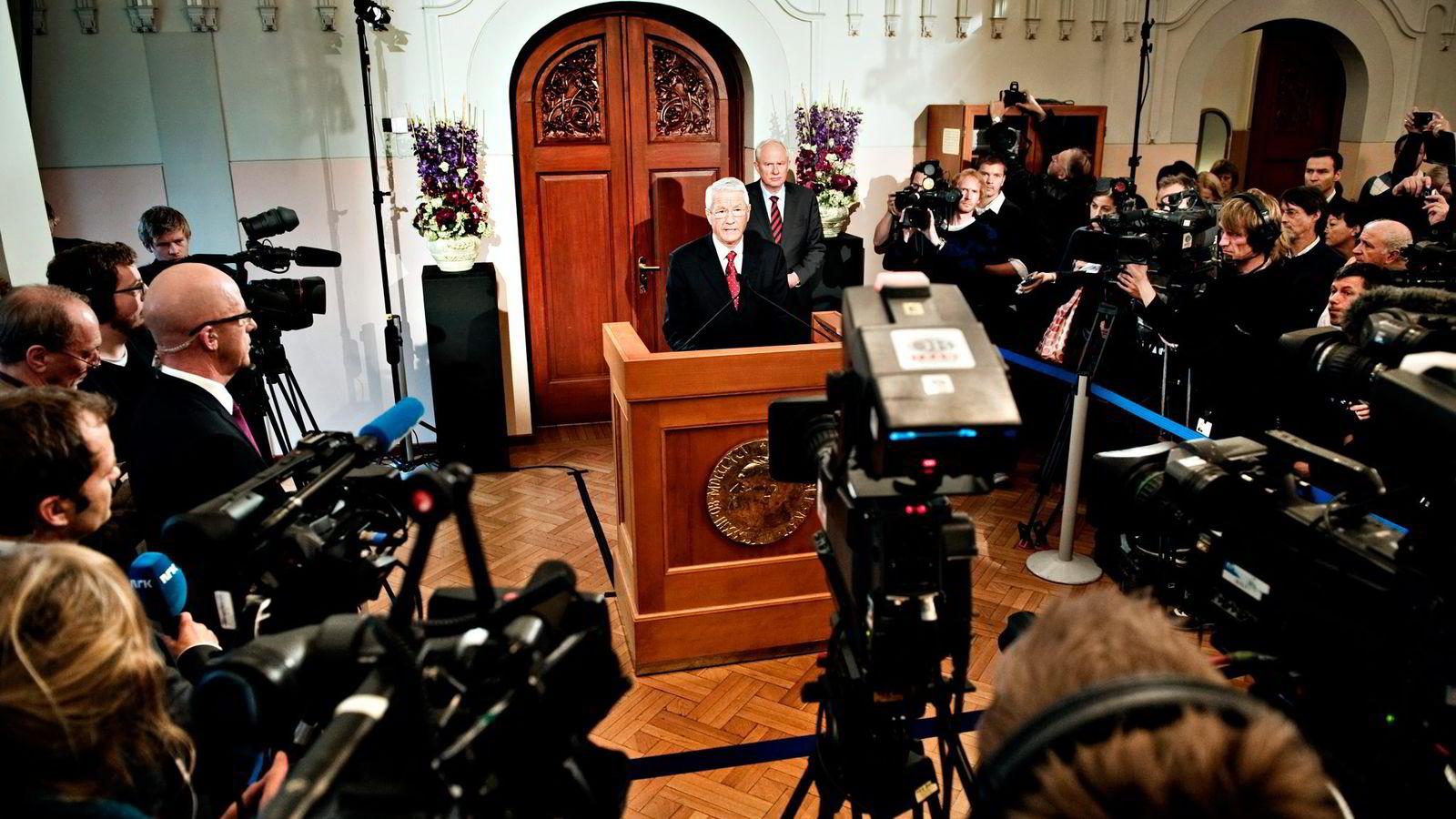 TID FOR ENDRING. Nobelkomiteens leder Thorbjørn Jagland kunngjør fredsprisen for 2010. Til høyre bak står dirketør Geir Lundestad i Det norske Nobelinstituttet.