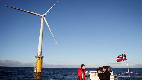 FLYTEMØLLE. Statoil har brukt 450–500 millioner kroner over en tiårsperiode på verdens første flytende vindmølle, Hywind, utenfor Karmøy. Foto: Tomas Alf Larsen