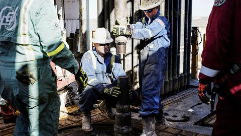 Arbeidere borer etter skiferolje i nærheten av den lille byen Mentone i Texas.