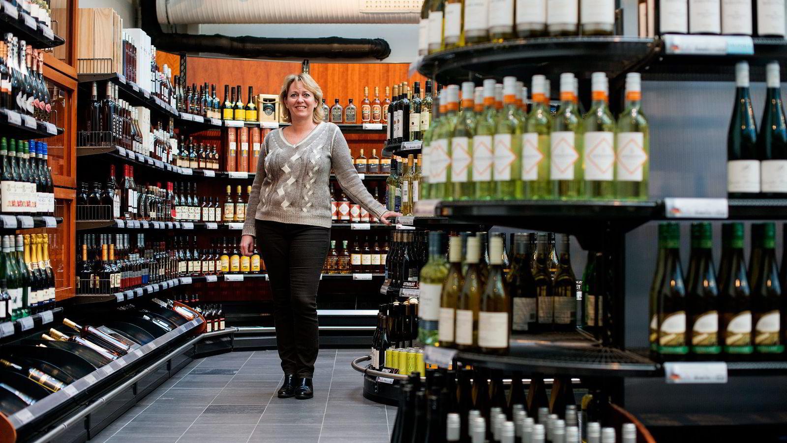 Elisabeth Hunter ved Vinmonopolet tror salget ved nye åpningsdager vil fordele seg over flere dager.