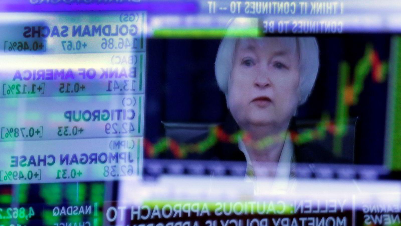 Verdens største sentralbanker har sørget for at en stadig større andel av verdens statsobligasjoner har negativ effektiv rente. Mange økonomer er bekymret over utviklingen. På bildet skimtes USAs sentralbanksjef Janet Yellen på en skjerm på New York-børsen.