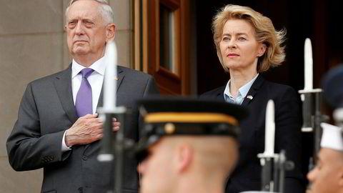 USAs forsvarsminister Jim Mattis sammen med Tysklands forsvarsminister Ursula von der Leyen hos Pentagon.