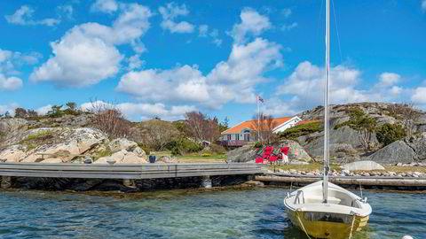 Denne hytta på Ytre Kjeholmen i nærheten av populære Blindleia ble nylig lagt ut for salg med en prislapp på 13,5 millioner kroner. Nærhet til sjø er avgjørende for prisen ifølge en tidligere undersøkelse fra Norges Eiendomsmeglerforbund.
