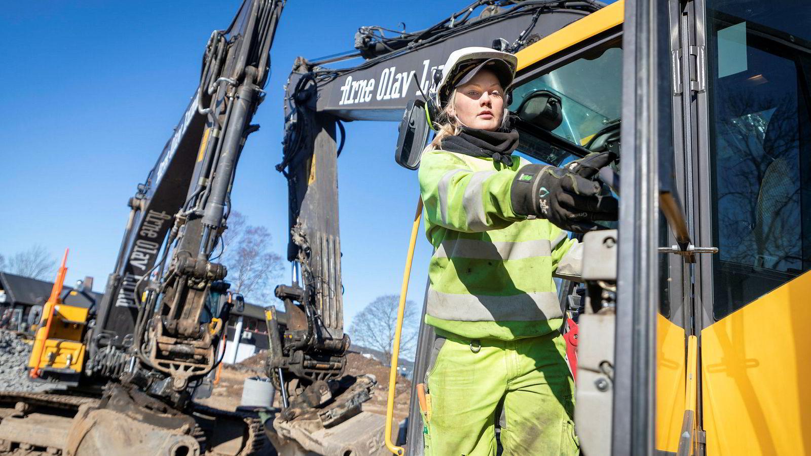 – Pappa er ganske stolt da, sier maskinførerlærling Emily Biksrud (19) mens hun jobber med å legge rør mellom to sandfangere.