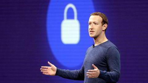 Facebook-sjef Mark Zuckerberg må se at aksjekursen i selskapet han starter stuper på børsen mandag.
