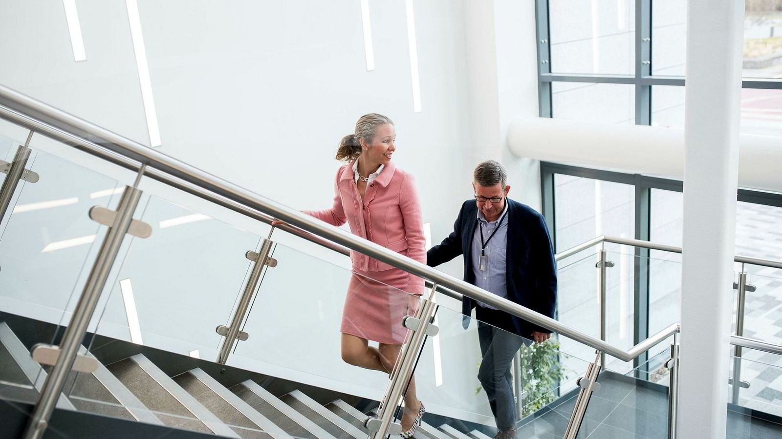 Hedda Felin er direktør for Storbritannia og Irland offshore i Equinor. Her er hun sammen med prosjektleder for den pågående Mariner-utbyggingen, Morten Ruth. De to jobber i selskapets nye kontorbygg i Aberdeen.