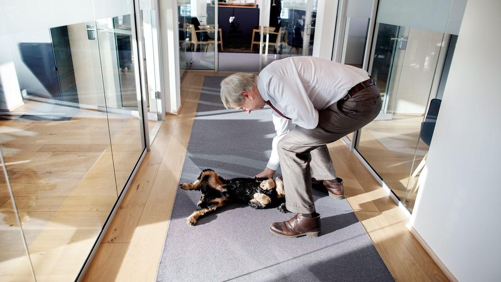 Investor Eivind Astrup (71) er i ferd med å gå av med pensjon. Her hilser han på Doffen (10). Hunden tilhører sønnen Henning, som holder til i samme kontorlokale. Alle foto: Linda Næsfeldt